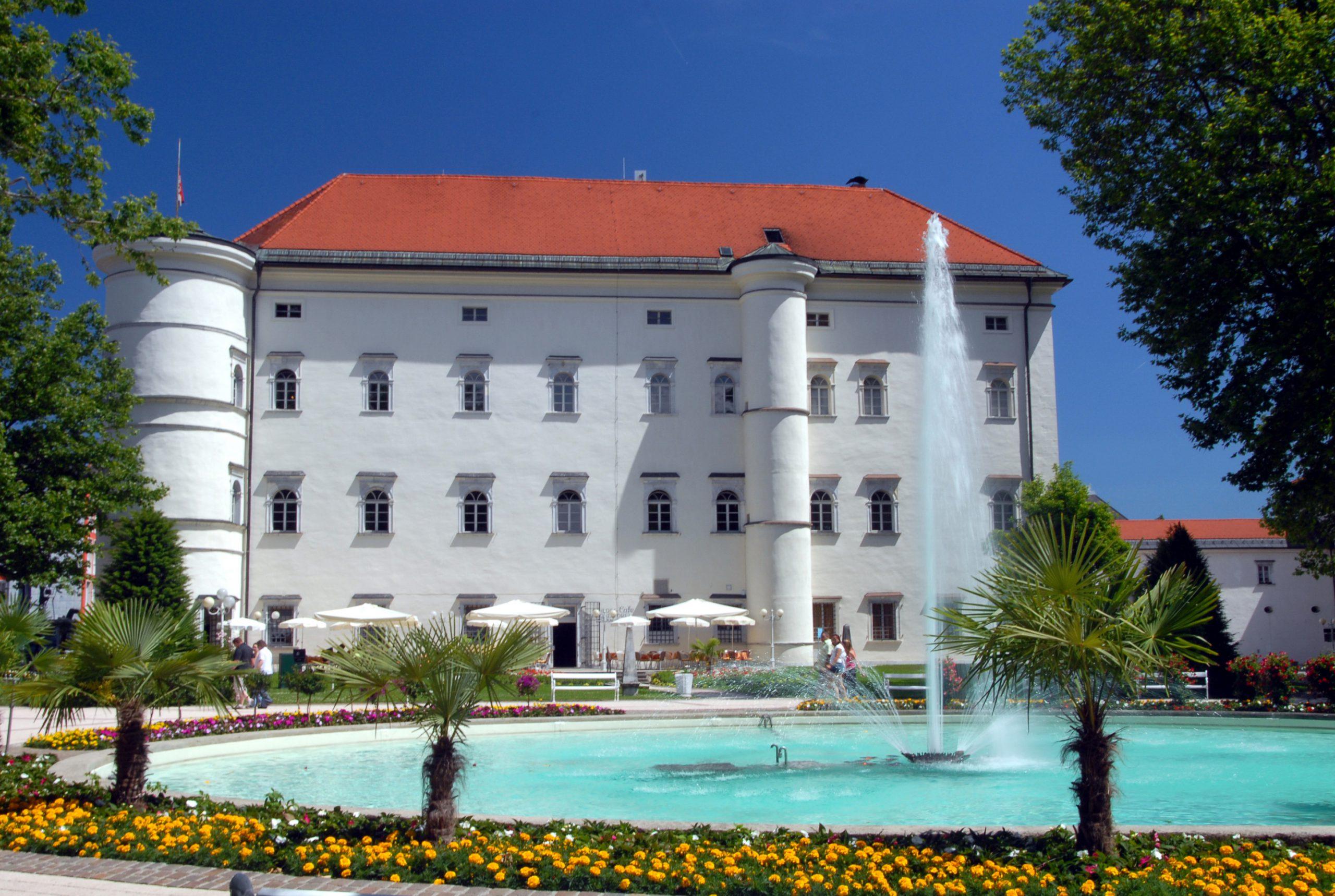 in Spittal an der Drau Radfahren und Kultur verbinden und das historische Schloss Porcia besuchen