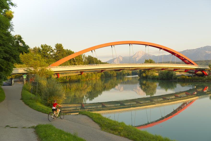 per Rad Villach erkunden - mit fantastischem Blick auf die rote Friedensbrücke