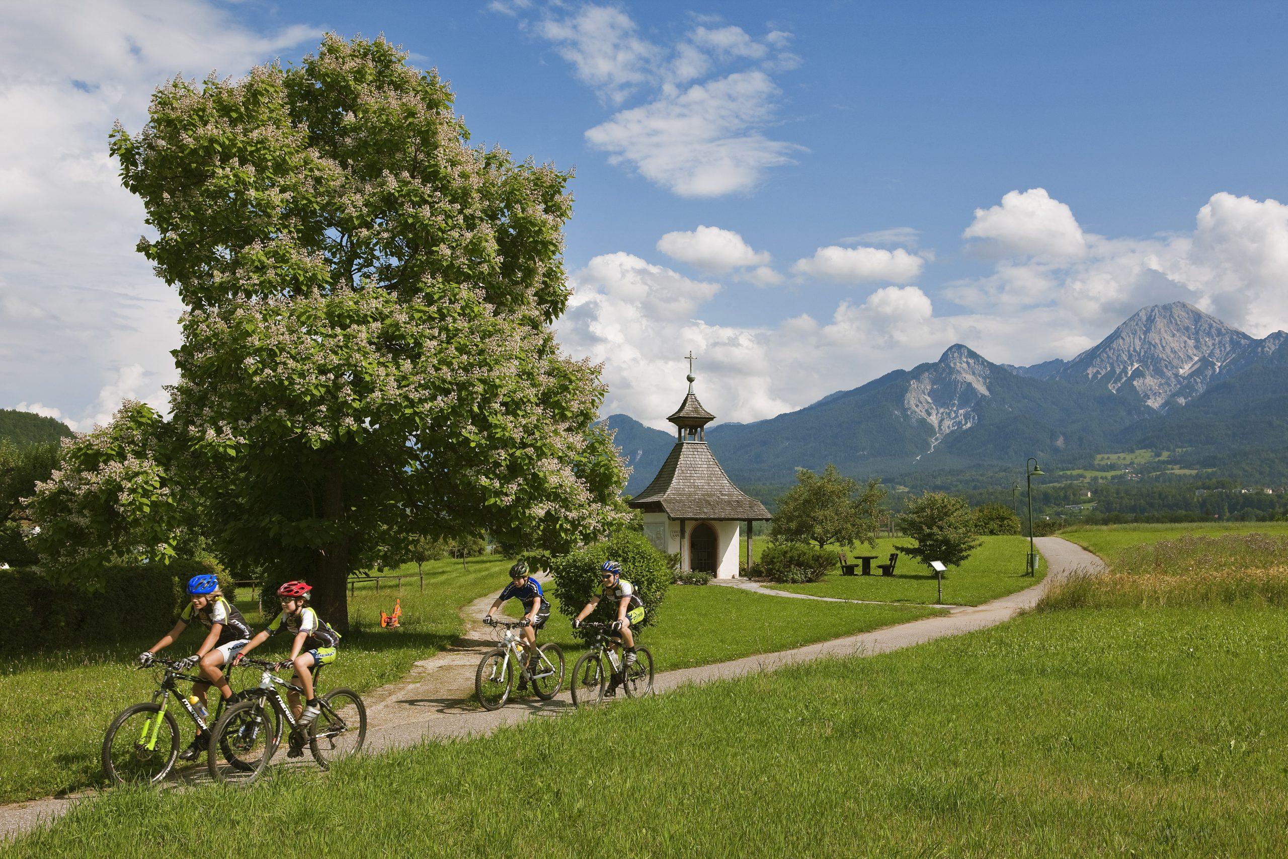 Radfahren mit Blick auf Mittagskogel