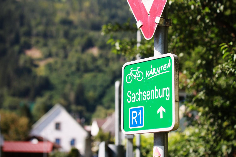 der gutbeschriftete Drauradweg lädt zum Radfahren ein