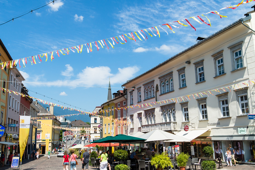 the main square Villach with a southern flair invites cyclists to stroll